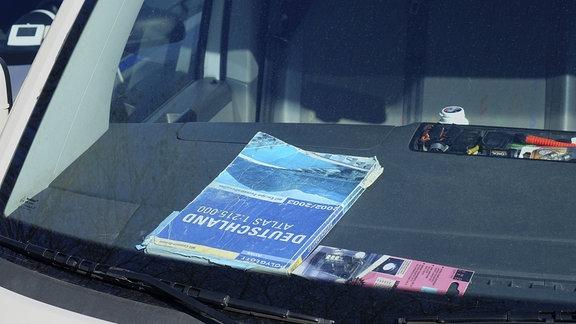 Autoatlas in einem Auto