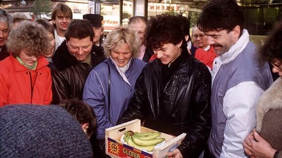 Bananen für die Ossis - Am Tag nach der Maueröffnung nutzen einige DDR-Bürger ihr Begrüßungsgeld zum Einkauf von exotischen Südfrüchten