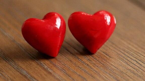 Zwei Rote Herzen auf Holzbrett