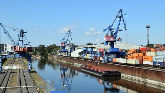 Der sächsische Binnenhafen Riesa gehört zur Sächsische Binnenhäfen Oberelbe GmbH (SBO) - mit sieben Häfen von Tschechien bis Dessau- Roßlau der größte Hafenverbund Deutschlands
