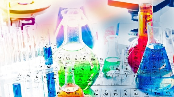 Reagenzgläser mit verschiedenfarbigen Flüssigkeiten und ein Periodensystem der Elemente