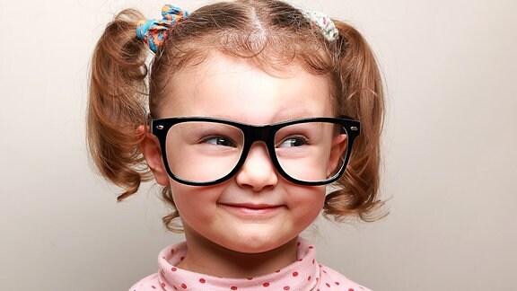 Ein Mädchen mit einer großen Brille