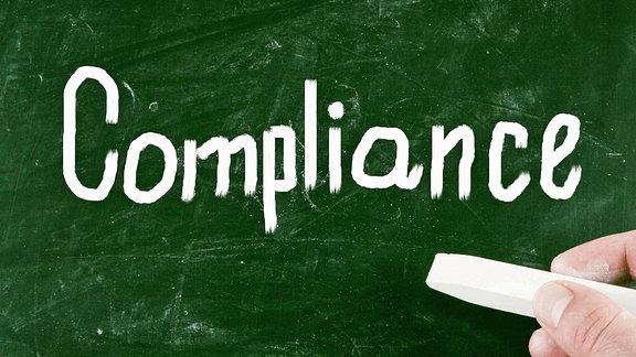 """""""Compliance"""" steht an eine Tafel geschrieben"""