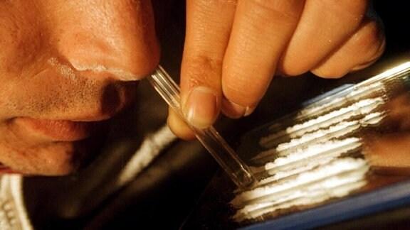 Ein Mann snifft Kokain