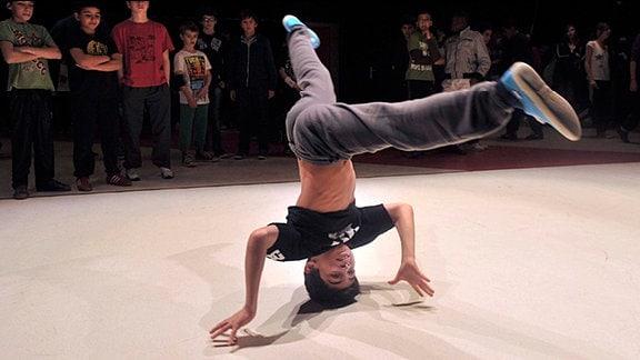 Ein Junge der Breakdance tanzt