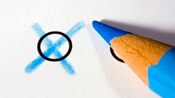 Blaues Kreuz auf Papier