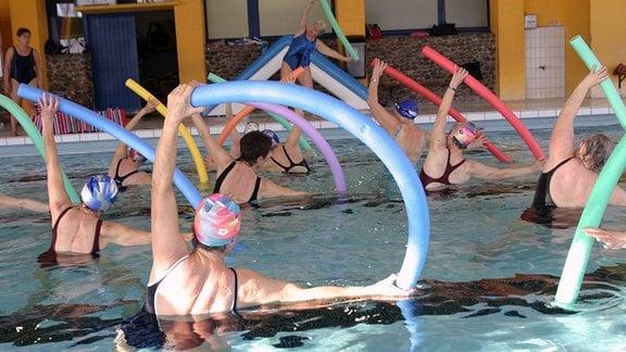 Mehrere Frauen bei Wassergymnastik.