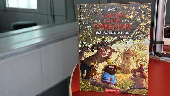 Das Buch der wilde Räuber Donnerpups steht auf einemTisch.