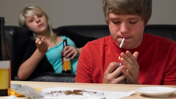 Jugendliche rauchen Joints und trinken Bier
