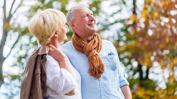 Ein älteres Ehepaar beim Herbstspaziergang.