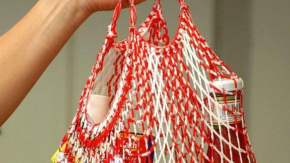 Eine Hand hält ein Einkaufsnetz