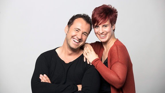 Elena Pelzer und Silvio Zschage posieren zusammen für ein Foto. Dabei lachen sie in die Kamera.