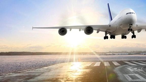 Langstreckenflugzeug fliegt auf die Landebahn zu