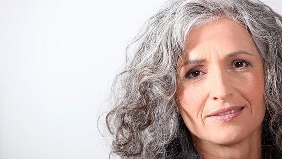 Porträt einer Frau mit grauen Haaren
