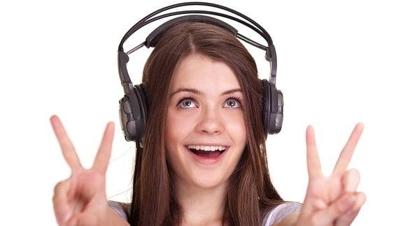 Lächelnde Frau mit Kopfhörern