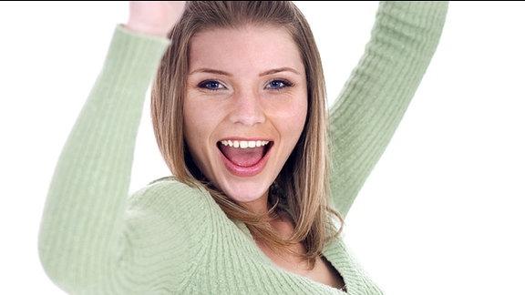 Eine Frau freißt freudig die Arme nach oben.