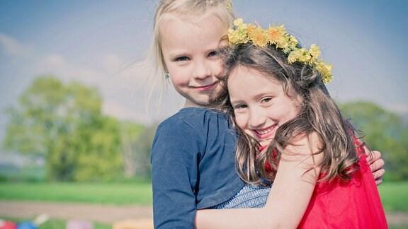Zwei Mädchen umarmen sich