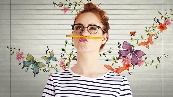Eine Frau hält mit den Lippen einen Bleistift