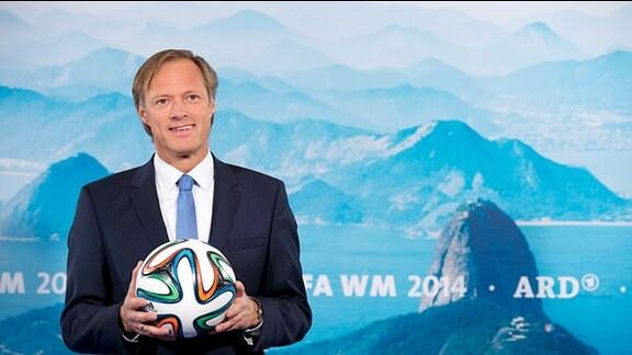 Gerhard Delling, ARD-Moderator, mit WM-Ball