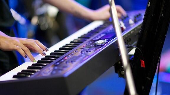 Mensch spielt am Keyboard