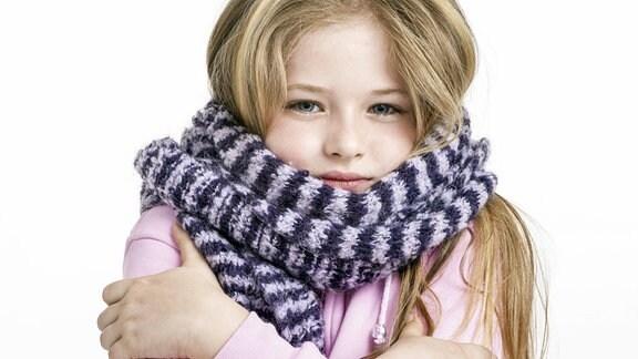 Mädchen mit dickem Schal