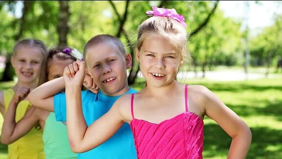 Kinder in bunter Sommerkleidung