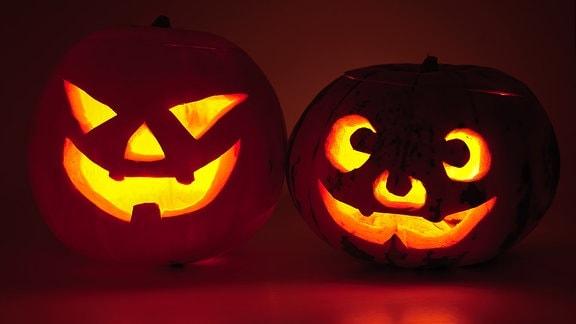 Zwei Halloween-Kürbisse