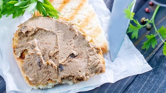 Leberpastete auf ein Stück Brot