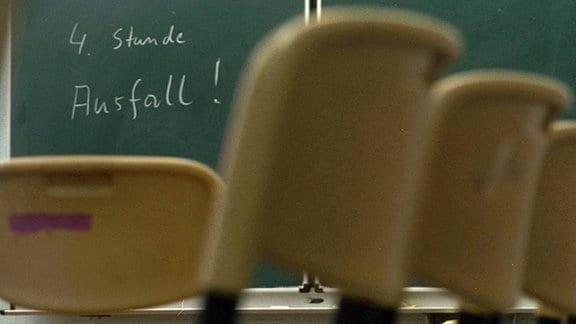 4. Stunde Ausfall! - Information an der Tafel eines Klassenzimmers