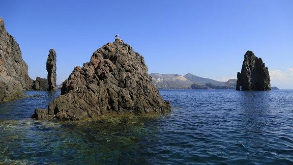Aus dem Meer ragende Felsen Faraglioni di Lipari an der Südspitze von Lipari, Pietra Lunga, hinten Insel Vulcano
