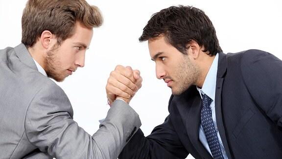Zwei Männer beim Armdrücken.