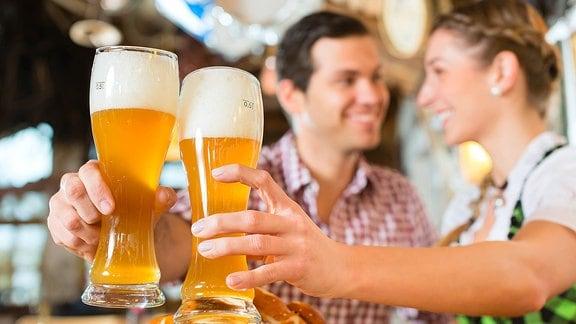 Ein Paar trinkt Weizenbier in einem bayerischen Restaurant.