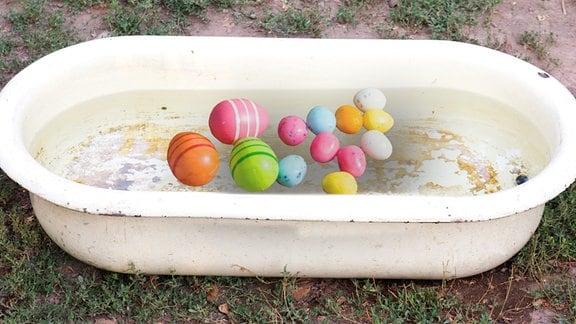 Ostereier in einer Badewanne