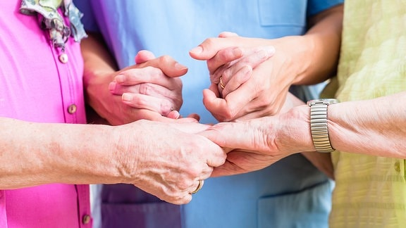 Menschen geben sich die Hand