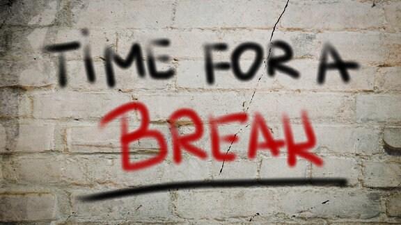 An einer Mauer steht: Time For A Break