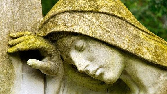 Skulptur: Verzweifelte Frau