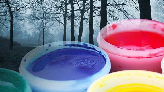 Graue neblige Novemberlandschaft und bunte Farbtöpfe