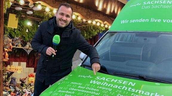 Sachsenradio-Moderator Silvio Zschage vor dem MDR SACHSEN-Hörmobil