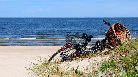 Fahrrad liegt an einem Strand