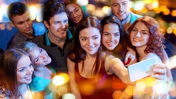 junge Menschen stehen für ein Foto zusammen