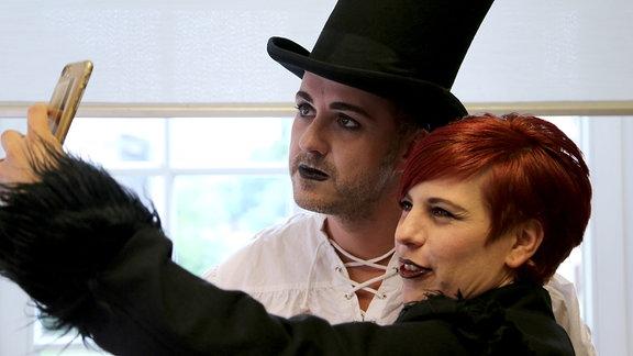 Schön und schrill: Elena und Silvio tragen schwarz
