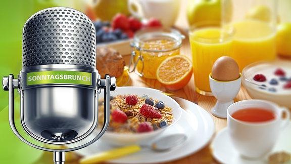 ein Mikrofon an einem gedeckten Frühstückstisch