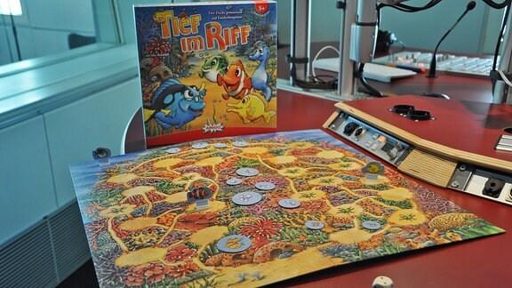Das Spiel Tief im Riff steht auf einem Tisch