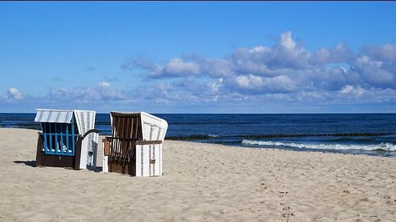 Zwei Strandkörbe am Stand an der Ostsee.