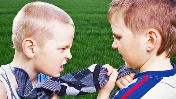 Zwei Jungen stehen sich streitend gegenüber