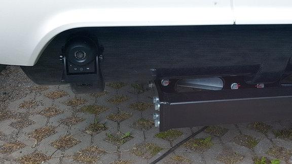 Blick auf eine Kamera, die an einem Fahrzeug montiert ist.