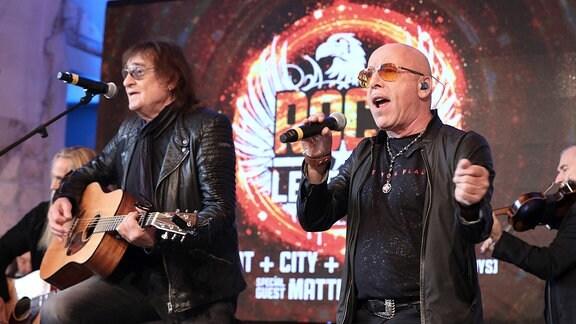Dieter ''Maschine'' Birr von der Gruppe Puhdys und City Sänger Toni Krahl bei einem gemeinsamen Auftritt.