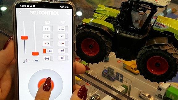 Traktor-App und ein Modelltraktor