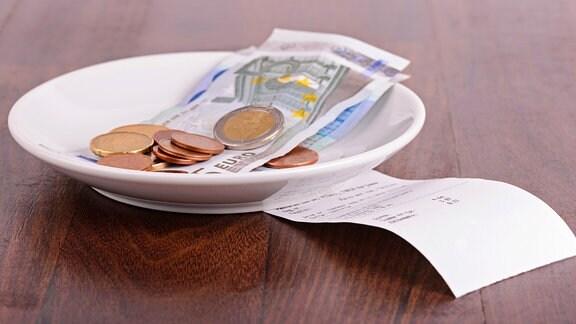 Trinkgeld und Rechnung auf einem Restauranttisch