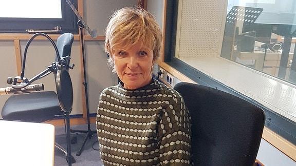 Ulrike Kriener im Hörfunkstudio.